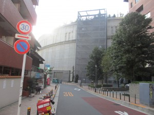 目の前にある謎の建物が大橋ジャンクション。