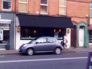 逆駐してる車と比較してもらっても分かる通り、小さな店。奥行きもない。ここがレストランだと言われないと気が付かないような目立たない店構えでもある。