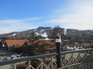 さすが軽井沢。駅からスキー場が見えるぜ。あの親子も滑りに行ったのかな。