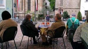 (前の席でカンパリオレンジを飲みながらのんびりされるご夫婦。盗撮…と言われれば返す言葉もないんだけど、これなら個人の特定はできないよね…)