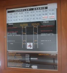 乗り場のどこか映画館を思わせる時刻表と運賃案内。その下にあるのはトレッキングルートの状況。