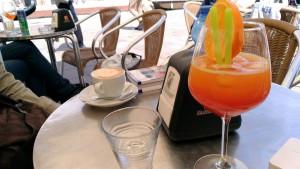 休憩。カンパリオレンジ…ブレてますな。でもイタリアにはカンパリオレンジのほうが似合うんだいっ。