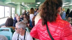 ブラーノ島への船は通勤列車並みの混雑。