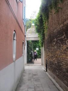 入口は完全に路地裏。